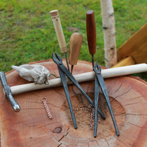 Auch Ketten aus Bronze oder Silber werden an unserem Stand gefertigt.